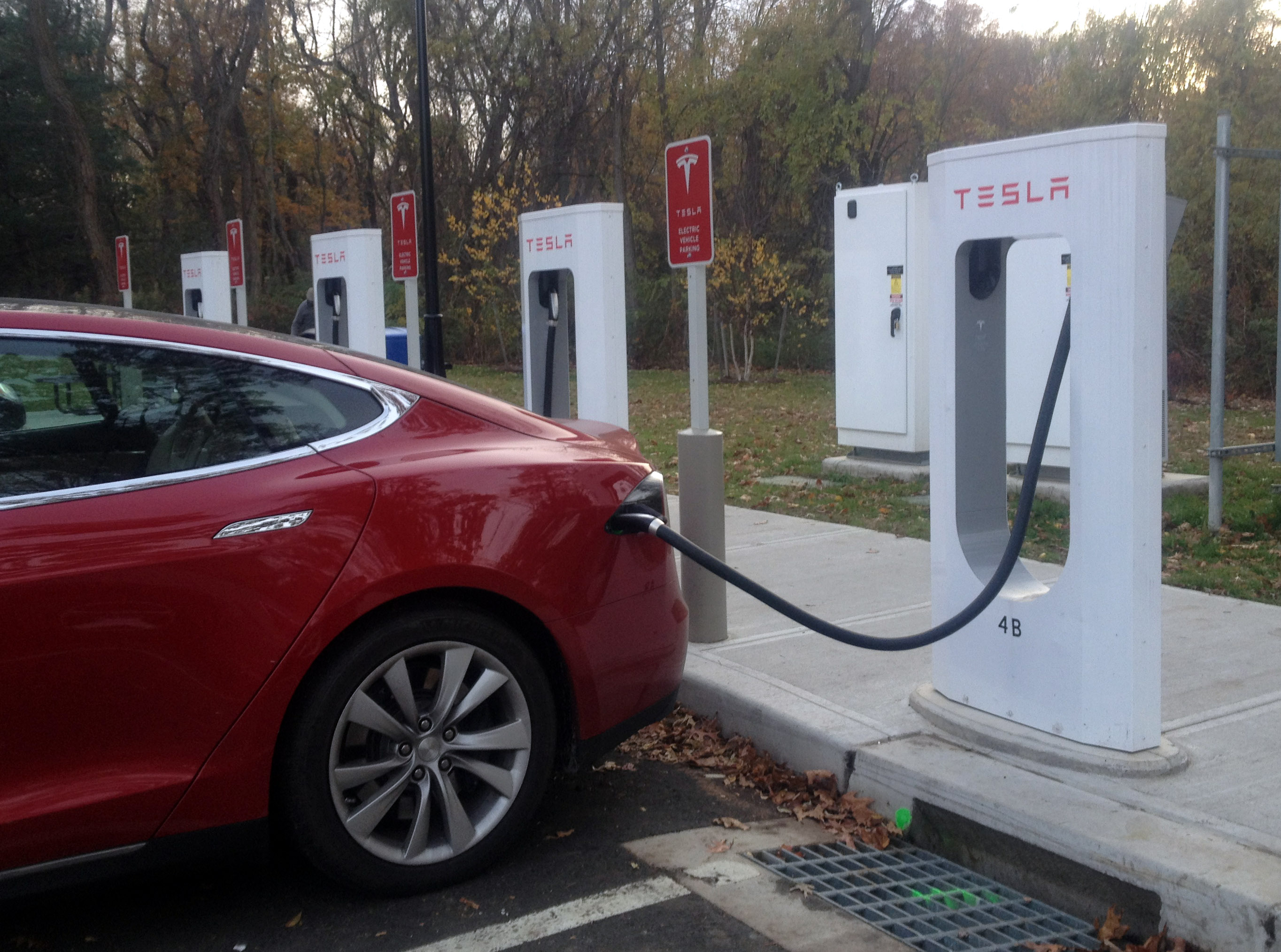 Electric vehicle use creeps along; proponents urge a bigger push